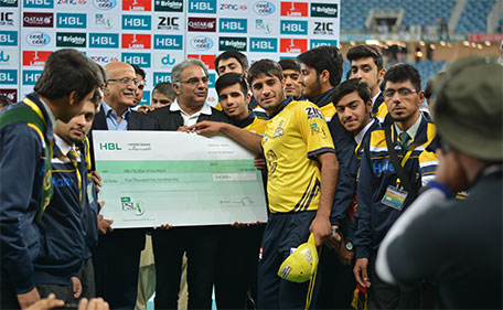 Mohammad Asghar of Peshawar Zalmi donates his prize money to APS. (@PSL)