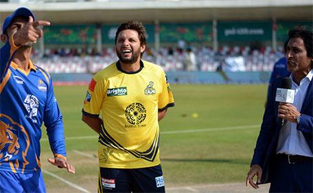 Shahid Afridi (centre) of Peshawar Zalmi calls it right during Match 10 of PSL against Karachi Kings at Sharjah Cricket Stadium on February 11 2016. (@PSL)