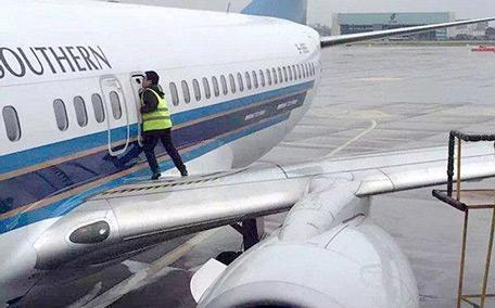 Plan was taxiing on runaway when he yanked door open & Man opens plane door to get some \u0027fresh air\u0027 - Emirates 24|7 Pezcame.Com