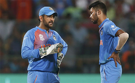 India's captain and wicketkeeper Mahendra Singh Dhoni (left) speaks with his teammate Hardik Pandya during World Twenty20 cricket tournament India v Bangladesh in Bengaluru, India, 23/03/2016. (Reuters)