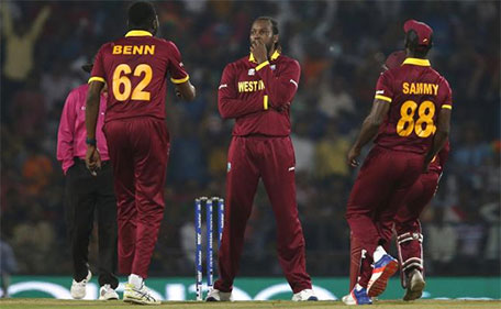 West Indies players celebrate after Chris Gayle (centre) took the wicket of South Africa's David Miller during World Twenty20 cricket tournament - Nagpur, India, 25/03/2016. (Reuters)