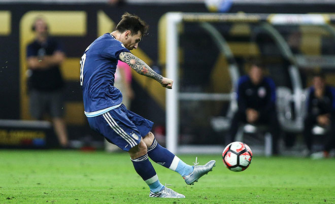 Argentina midfielder Lionel Messi (10) scores a goal on a free kick during the first half against the United States in the semifinals of the 2016 Copa America Centenario soccer tournament at NRG Stadium. (Troy Taormina-USA TODAY Sports)