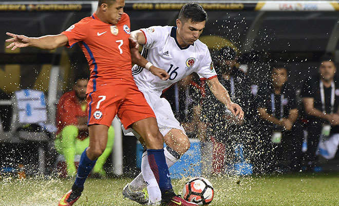 Colombia's Daniel Torres (right) and Chile's Alexis Sanchez vie for the ball during the Copa America Centenario semifinal football match in Chicago, Illinois, United States, on June 22, 2016. (AFP)