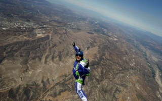 Daredevil act: Skydiver jumps without parachute