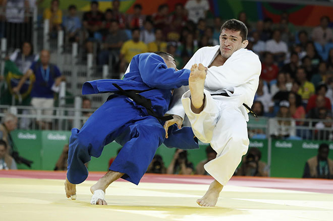 Brazil's Victor Penalber (white) competes with United Arab Emirates's Sergiu Toma during their men's -81kg judo contest match of the Rio 2016 Olympic Games in Rio de Janeiro on August 9, 2016. (AFP)