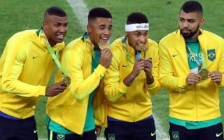 Photo: Neymar hands Brazil precious football gold medal