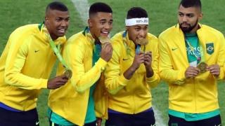 الصورة: Neymar hands Brazil precious football gold medal