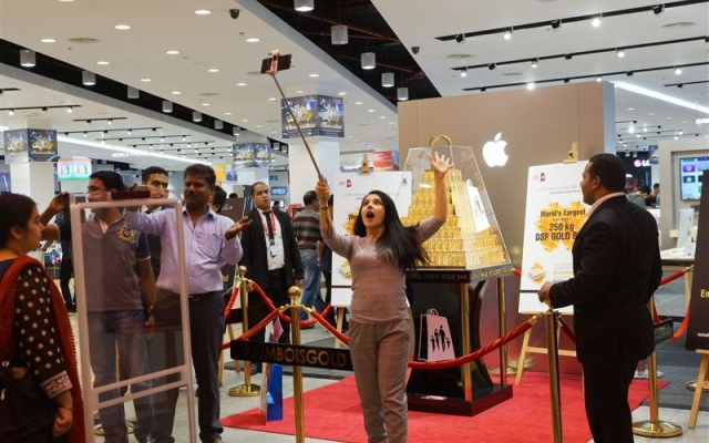 Huge response to 'world's largest display of gold bars'