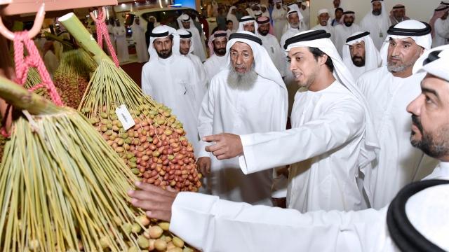 Mansour bin Zayed visits Liwa Date Festival in Al Dhafra