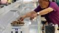 الصورة: Chip labour: Robots replace waiters in China restaurant