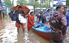 الصورة: People evacuated from rooftops after India floods kill 164