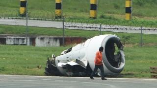 الصورة: Chinese plane pulled from mud at Philippine airport