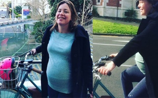 الصورة: Pregnant New Zealand minister cycles to delivery ward