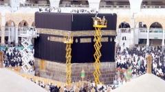 الصورة: Kaaba gets new Kiswah