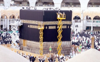 الصورة: Kaaba gets new Kiswah