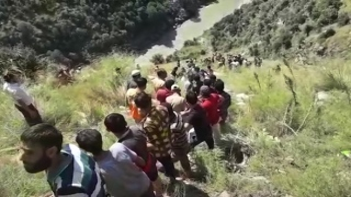 الصورة: 16 die as bus falls into deep gorge in Indian-ruled Kashmir