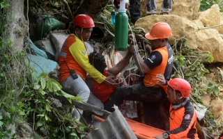 الصورة: Rescuers dig for survivors in new Philippine landslide