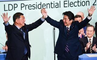 الصورة: Japan's Prime Minister wins ruling party vote