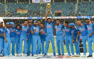 Photo: India down Bangladesh to retain Asia Cup in last-ball thriller