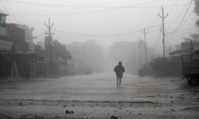 Severe cyclone hits eastern Indian coast with wind, rain