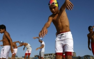 Photo: Swim team braves pollution to dive into Gaza waters