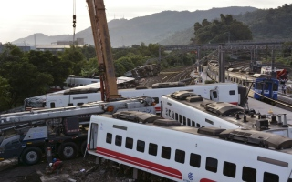 Photo: Rescuers search site after train crash killed 18 in Taiwan