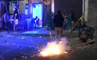Photo: Indian court eases firecracker ban even as pollution soars