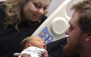 Photo: Woman saves husband who emerges from coma to see son's birth