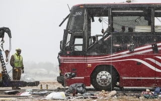 Photo: 2 dead, 44 hurt in bus crash on icy road near Memphis