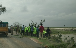 Photo: Cyclone death toll in southeast India hits 33
