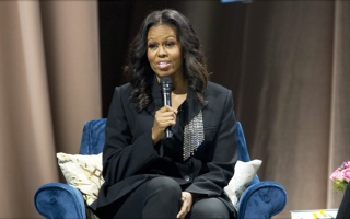Photo: Barack Obama surprise guest at Michelle Obama's book show