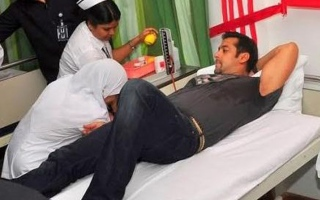 Photo: Salman Khan injured; returns home