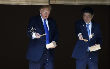 Photo: Japan welcomes Trump with a charm campaign, golf and sumo