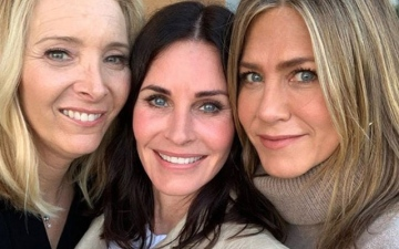 Photo: Courteney Cox has Friends reunion for 55th birthday