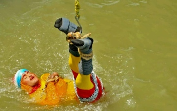 Photo: Indian Houdini feared drowned as stunt goes wrong