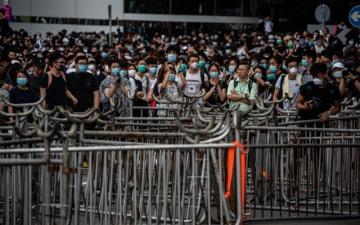 Photo: Hong Kong police begin to clear streets of protesters