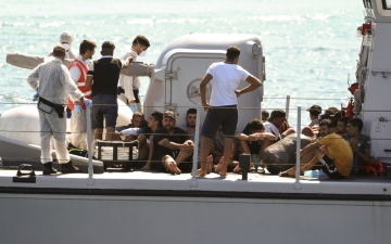 Photo: Rescued migrants disembark as Italy justice probes Salvini