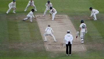 Photo: England bowl against Australia in third Ashes Test