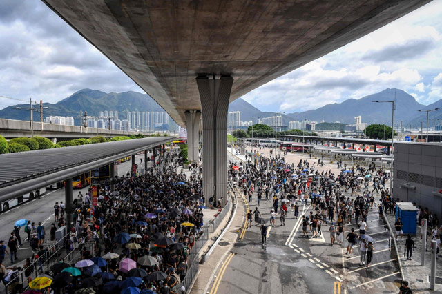 HK protesters block road to airport