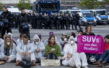 Photo: Climate change protests hit Frankfurt as auto show opens