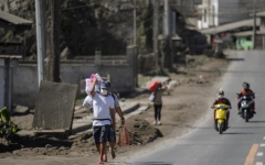 Photo: Philippines says danger high despite volcano