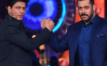 Photo: Shah Rukh disposes, Salman accepts!